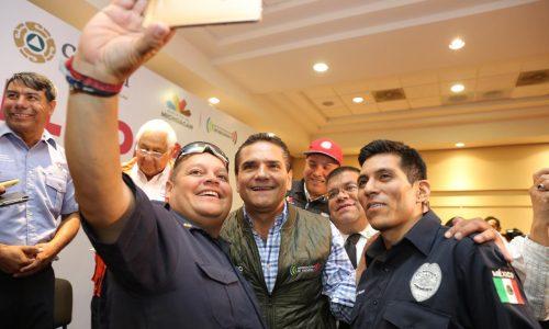 """Reconoce Gobernador labor de bomberos; """"son héroes anónimos"""""""